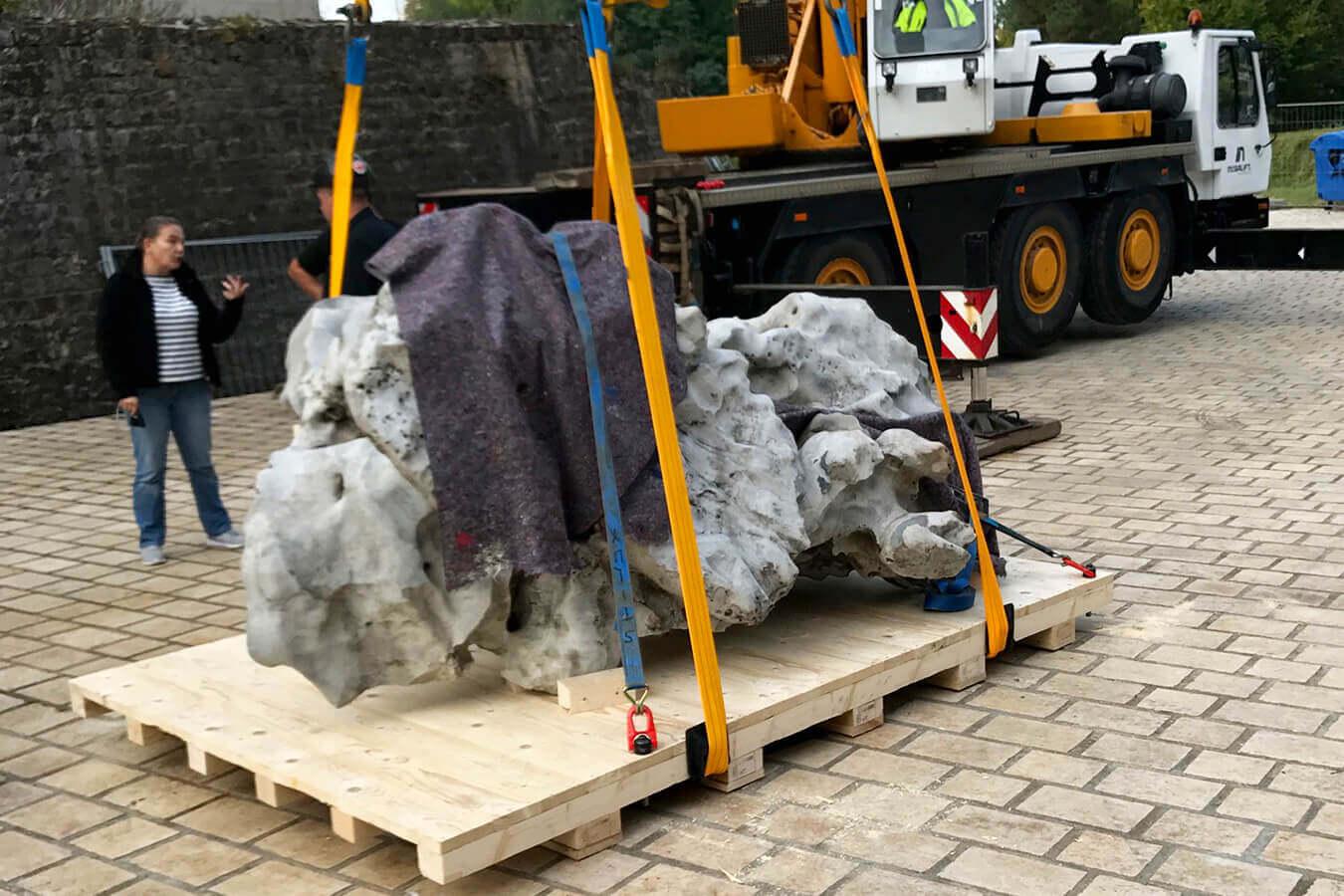 allpack-services-realise-une-manutention-d-une-pierre-de-4-t-1