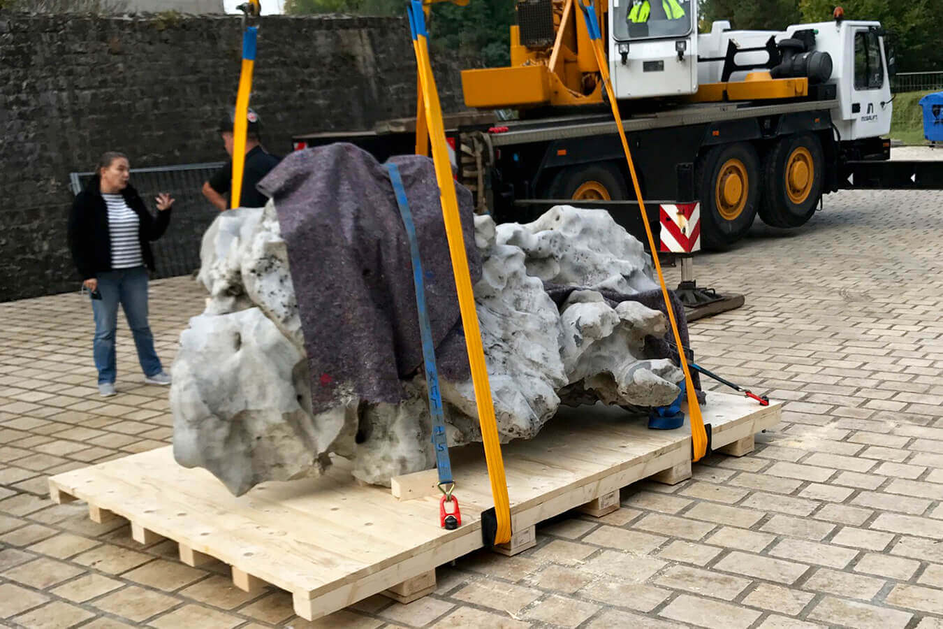 allpack-services-befoerderung-eines-schweren-steins-1