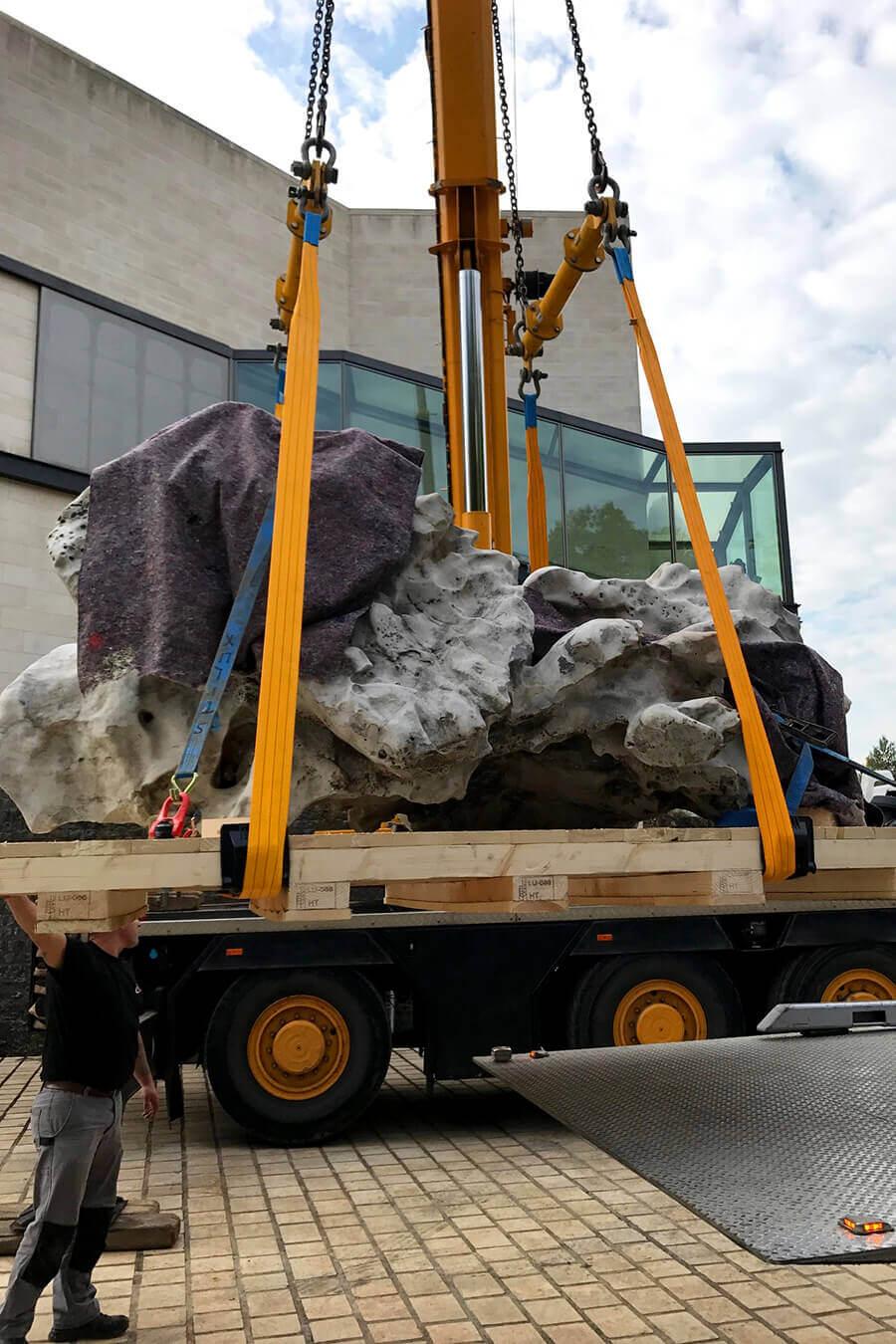 allpack-services-befoerderung-eines-schweren-steins-2