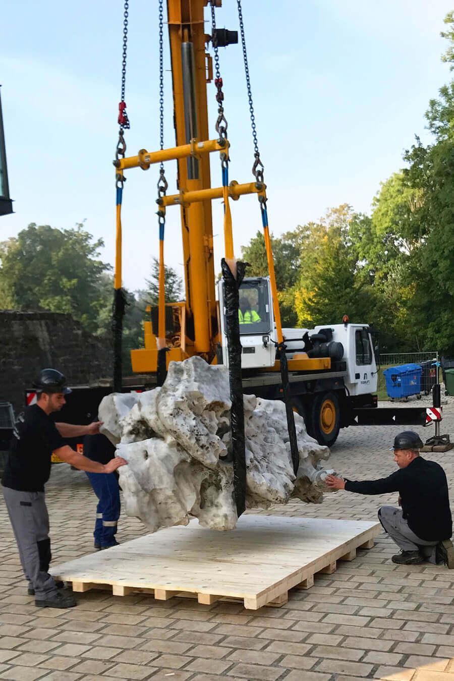 AllPack Services: Beförderung eines 4,2 Tonnen schweren Steins für das MUDAM